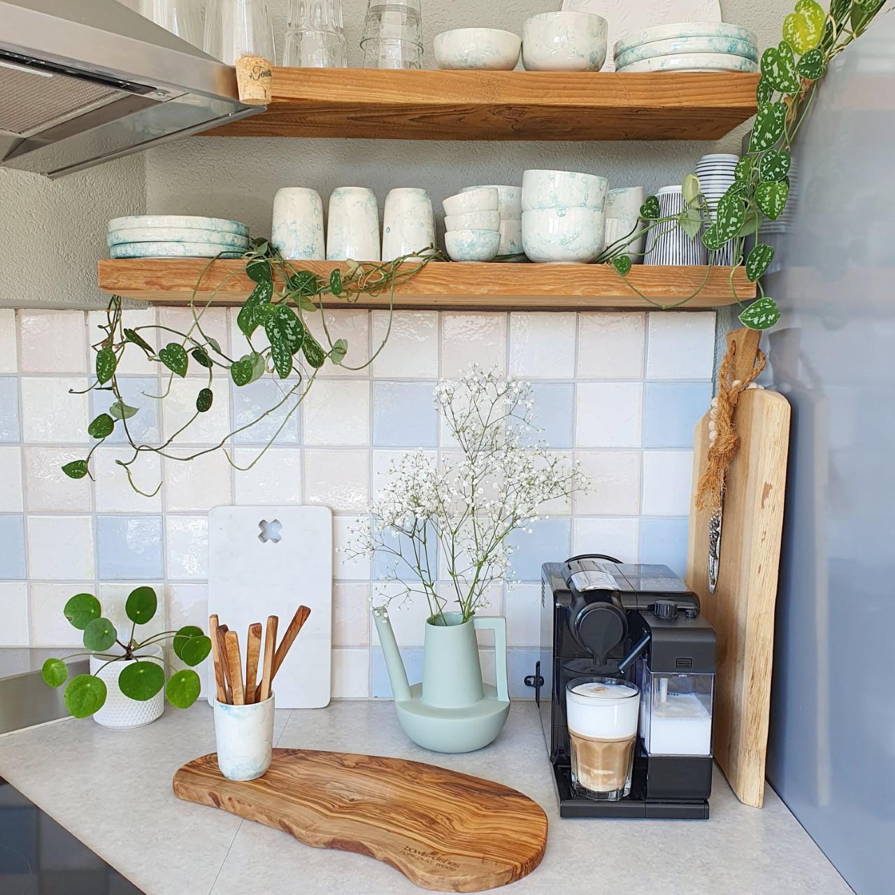 servies espuma op keukenplank